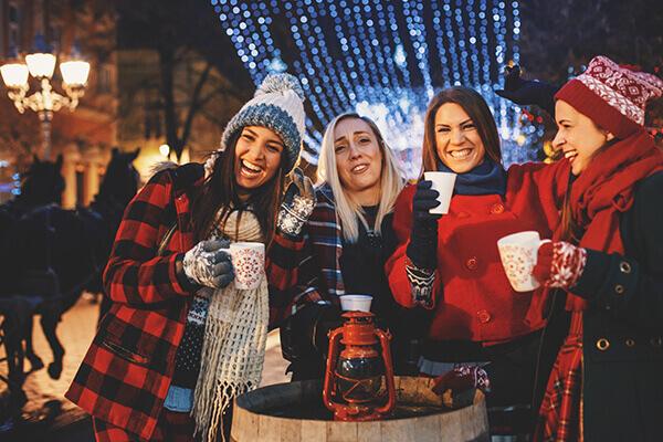 Vier Teilnehmerinnen haben Spaß bei der Weihnachtsfeier