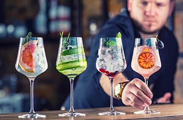 Vier Gläser mit Gin beim Teamevent Gin Labor