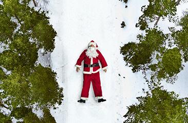 Weihnachtsmann im Schnee bei Weihnachts-Krimi