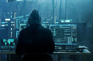 Hacker von hinten beim Escape Game