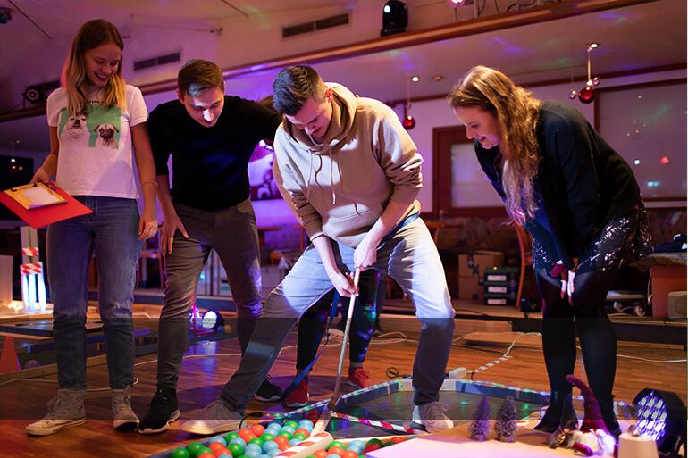 Teilnehmer in Aktion beim Teamevent Crazy Golf von Stadthelden
