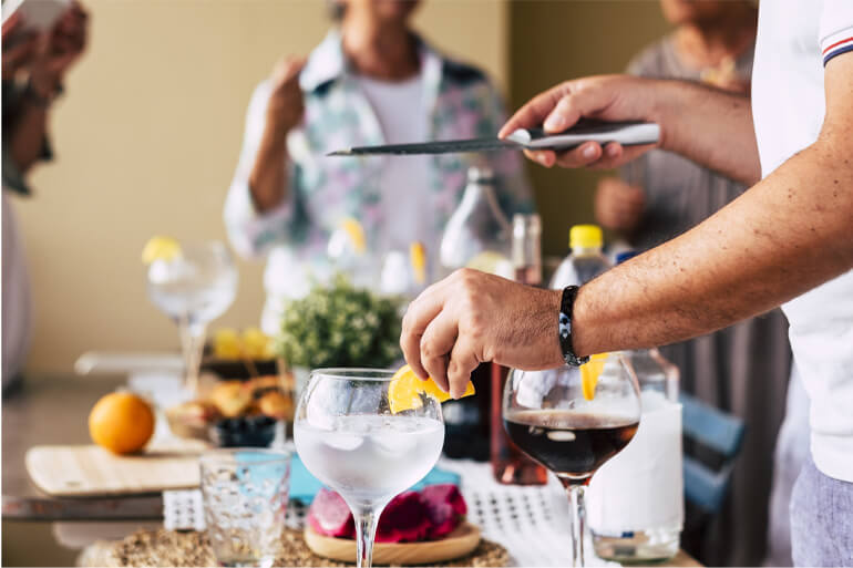 Teilnehmer des Teamevents Gin Labor experimentieren mit den Zutaten